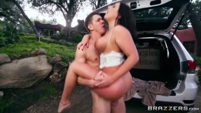 Angela White adora anal ao ar livre