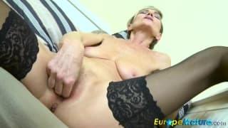 Vovó fica sexy e se masturba nesta cena