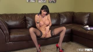 Eva Karera masturba a buceta com um brinquedo