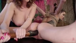 Ela pede a sua amiga prazer em bdsm
