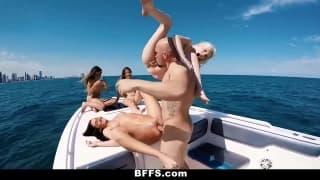 Sexo grupal num barco ao ar livre !