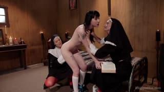 Putaria entre três lésbicas no convento