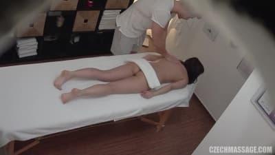 Ela recebe a melhor massagem e paga com sexo