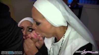 Duas freiras são entregues a este padre