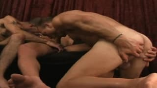 Um trio quente com sexo anal profundo!