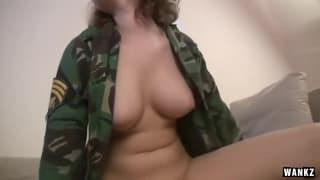 A masturbação anal de uma militar gostosa