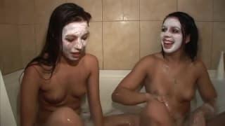 Duas lindas morenas na mesma banheira