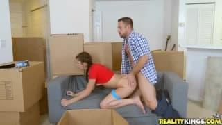 Transando ás escondidas no meio dos caixotes