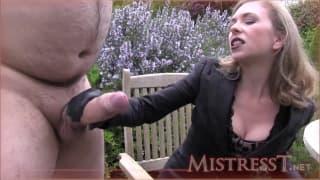 Mistress T leva o seu escravo sexual à rua