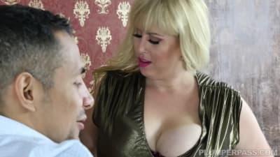 Loira Gordinha em um quente anal interracial.