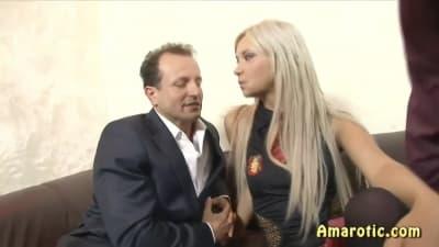 Dois homens se divertem fodendo ela juntos