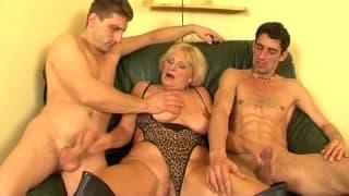 Esta viúva madura goza com dois jovens