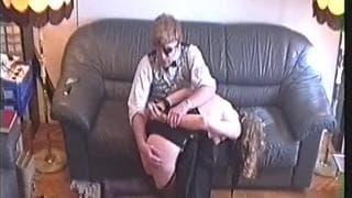 Nina se porta mal e é castigada no sofá