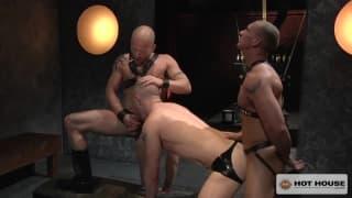 Sexo forte em uma cena gay muito especial