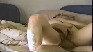 Um casal na cama fazendo amor sem camisinha!