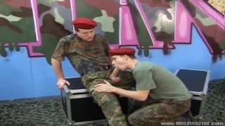 O general obriga os cadetes a chupá-lo