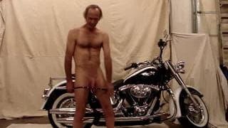 Ele se diverte se masturbando em sua moto