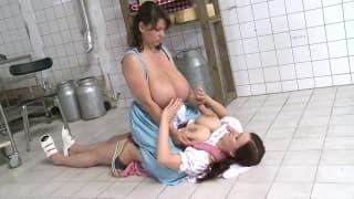 Duas mulheres ficando animada com seus peitos