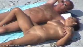 Casal maduro fazendo travessuras na praia