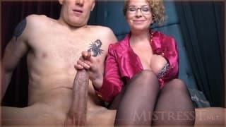 Mistress T se excita agarrando esta rola