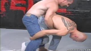 Estes gays estão lutando apenas em jeans