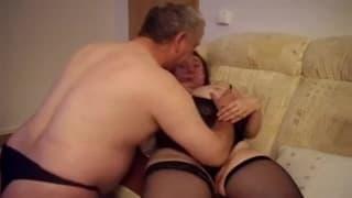Mulher madura gozando com um velho.