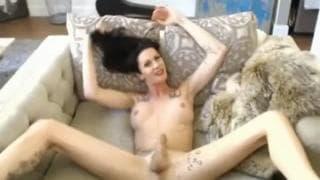 Emo transexual se excita com as mãos!