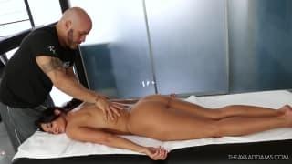 Ava Adams está puxando seu massagista.